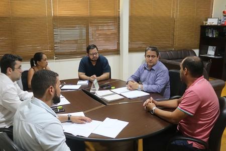 Left or right prefeito e equipe administrativa sobre leis das empresas