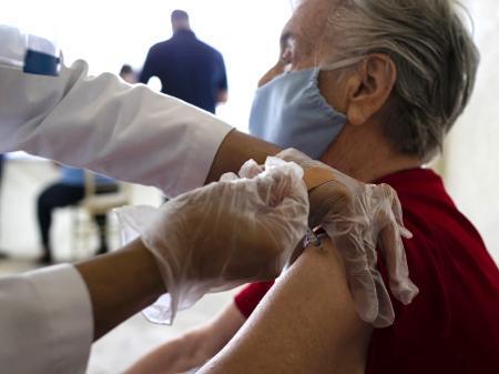 Left or right idosa recebendo vacina nos eua 1610627461925 v2 450x337